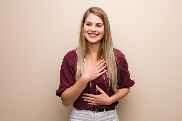 Giovane donna russa ridendo e divertendosi