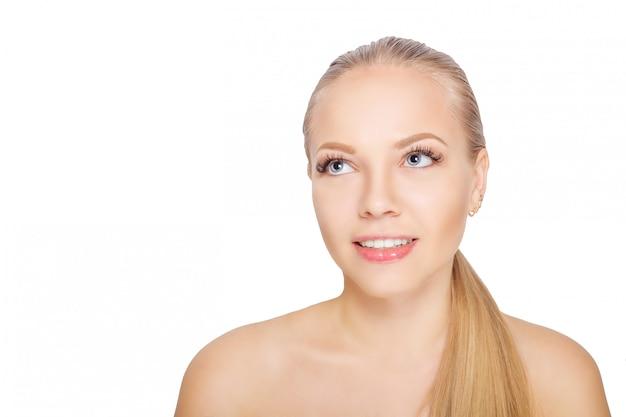 Giovane donna scandinava sorridente dopo la procedura di estensione del ciglio. occhi di donna con lunghe ciglia. ciglia. isolato.