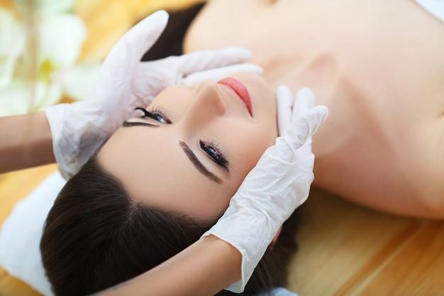 Giovane donna sdraiata su un lettino da massaggio