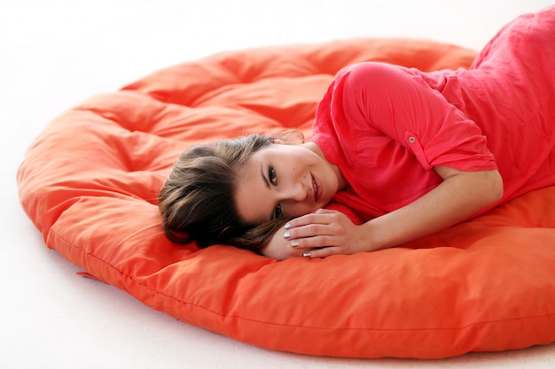 Giovane donna sensuale che sogna su una coperta