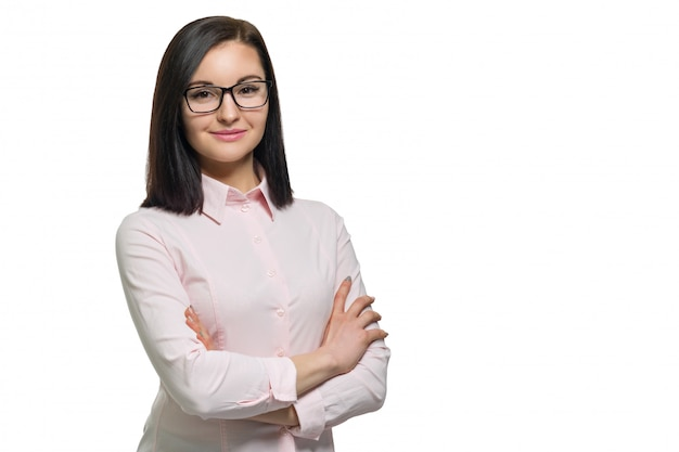 Giovane donna sicura di affari con le braccia attraversate in camicia rosa di vetro su bianco