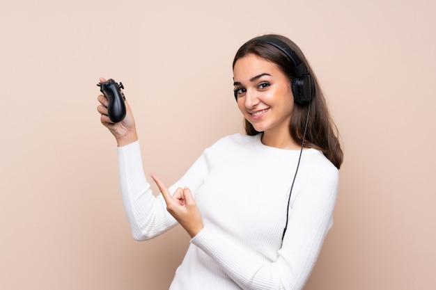 Giovane donna sopra isolata giocando ai videogiochi