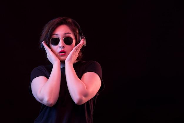 Giovane donna sorpresa con gli occhiali da sole