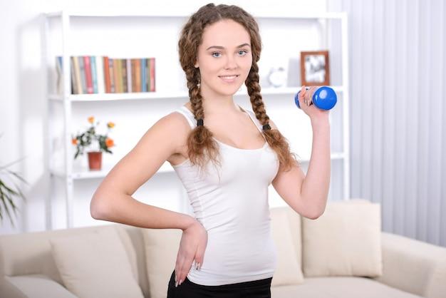 Giovane donna sorridente felice in abiti sportivi.