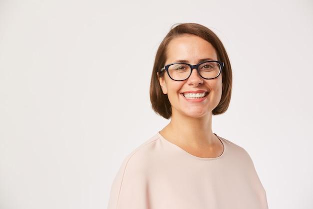 Giovane donna sorridente in occhiali