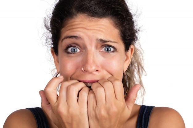 Giovane donna spaventata, impaurita e ansiosa.