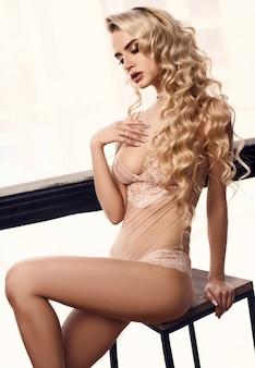 Giovane donna splendida di bellezza nell'ente sexy