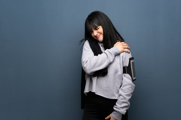 Giovane donna sportiva che soffre di dolore alla spalla per aver fatto uno sforzo