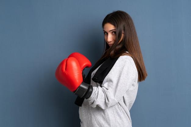 Giovane donna sportiva con guantoni da boxe