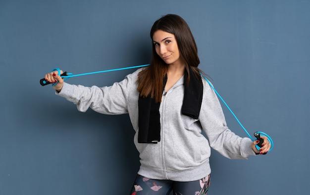 Giovane donna sportiva con la corda per saltare