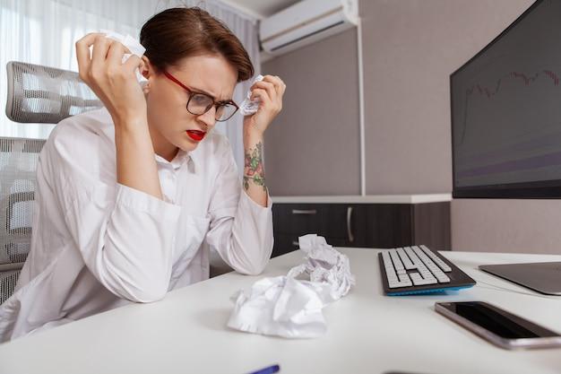 Giovane donna stressante al lavoro