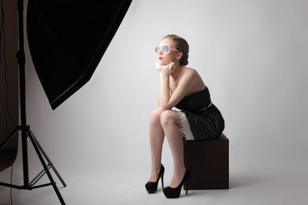 Giovane donna su un servizio fotografico