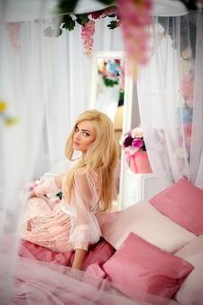 Giovane donna sul letto con fiori