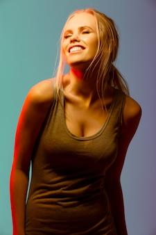 Giovane donna sveglia allegra che sta e che ride