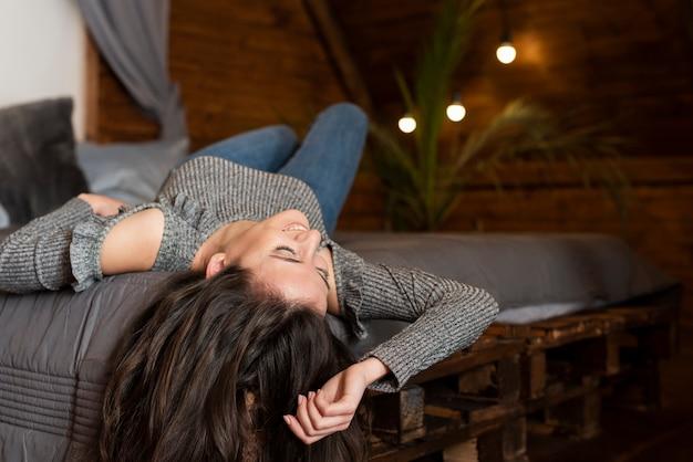 Giovane donna sveglia che prende una pausa