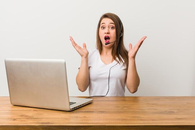 Giovane donna telemarketer sorpresa e scioccata.