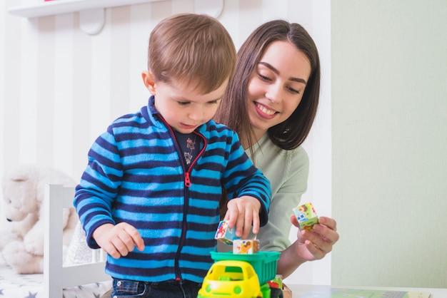 Giovane donna trascorrere del tempo con il figlio