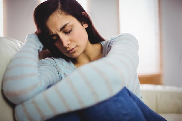 Giovane donna triste a casa