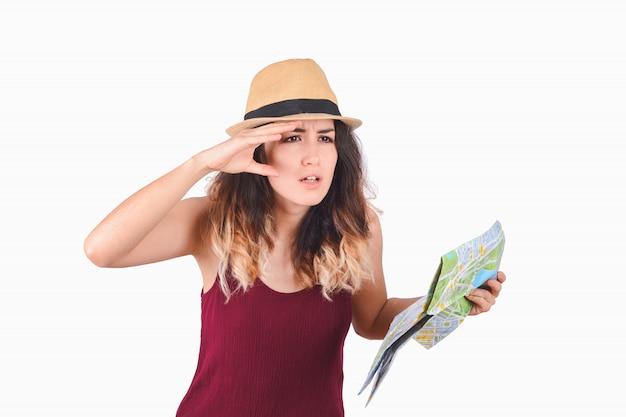 Giovane donna turistica guardando la mappa.