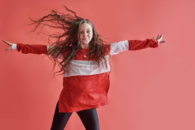 Giovane donna urbana che balla, moderna ragazza sottile stile hip-hop