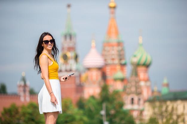 Giovane donna urbana felice in città europea.