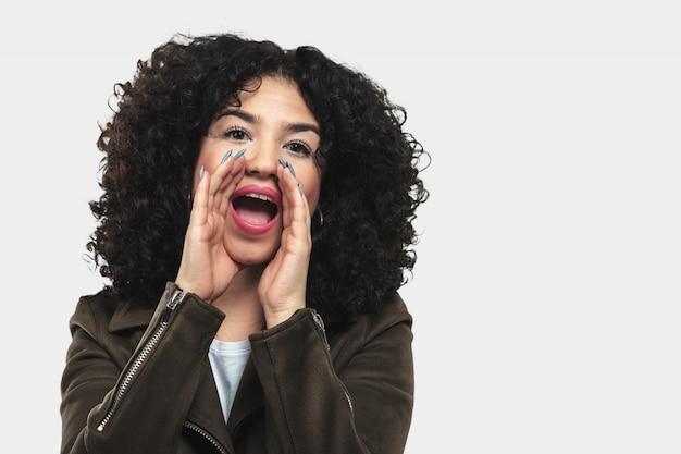 Giovane donna urlando e arrabbiata