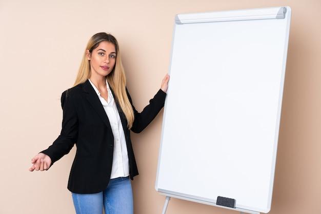 Giovane donna uruguaiana che dà una presentazione sul bordo bianco