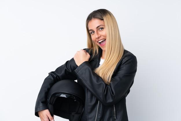 Giovane donna uruguaiana con un casco da motociclista che celebra una vittoria