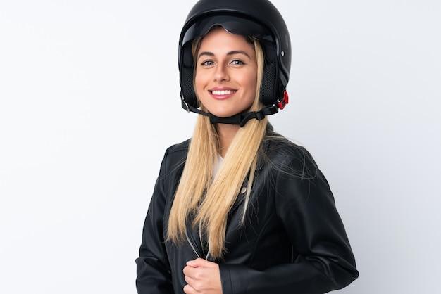Giovane donna uruguaiana con un casco da motociclista