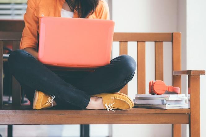 Giovane donna usando il computer.