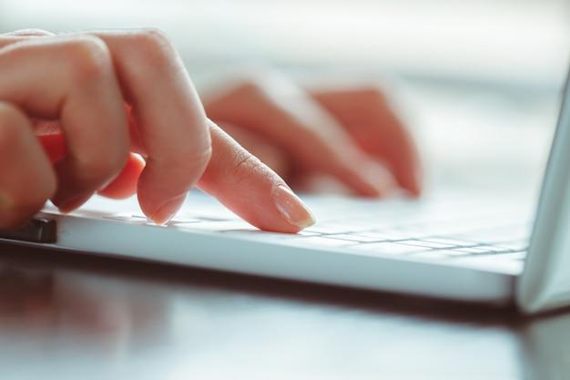 Giovane donna usando il portatile