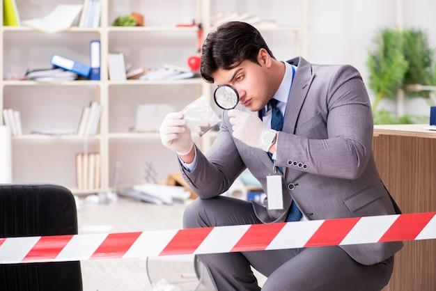 Giovane durante l'indagine criminale in ufficio