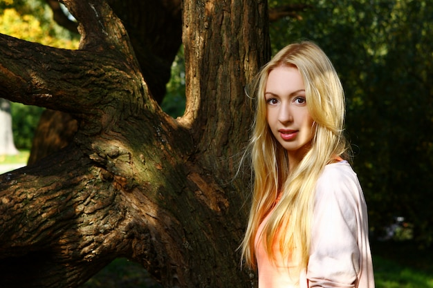 Giovane e attraente signora in posa nel parco