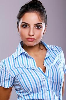 Giovane e bella donna in camicia a righe
