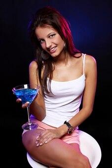 Giovane e bella donna in discoteca