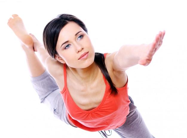 Giovane e bella ragazza che fa esercizi di yoga