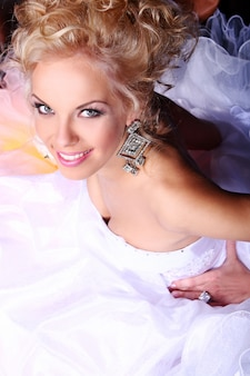 Giovane e bella sposa in abito da sposa