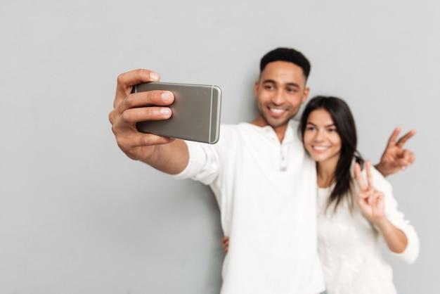 Giovane e donna che fanno foto
