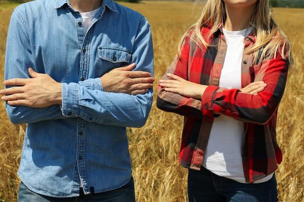 Giovane e donna nel campo dell'orzo. affari agricoli