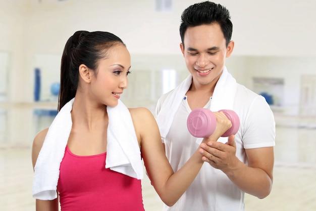 Giovane e donna sorridenti di forma fisica