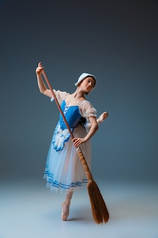 Giovane e graziosa ballerina come personaggio delle fate.