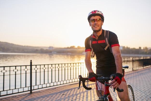 Giovane ed energico ciclista nel parco
