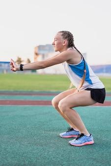 Giovane esercizio di riscaldamento sportivo