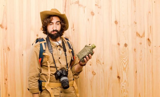 Giovane esploratore pazzo con cappello di paglia e zaino