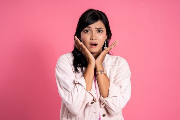 Giovane espressione asiatica colpita della donna