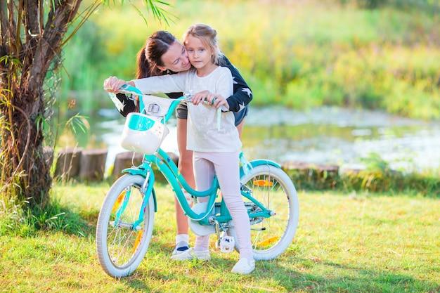 Giovane famiglia attiva in bicicletta al giorno d'estate
