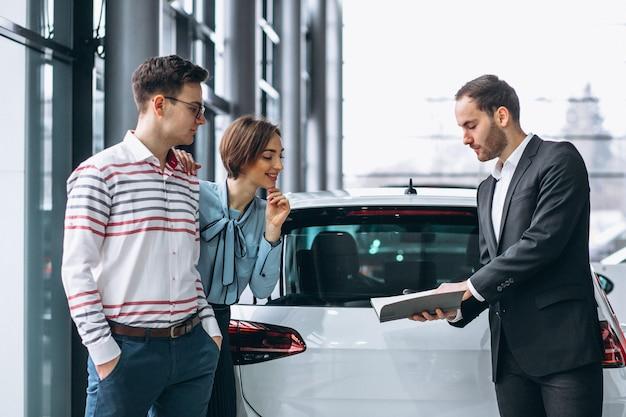 Giovane famiglia che compra un'automobile