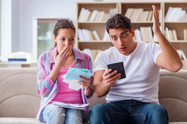 Giovane famiglia che discute delle finanze familiari
