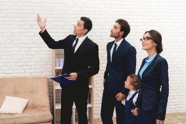 Giovane famiglia che discute nuova casa con l'agente immobiliare.