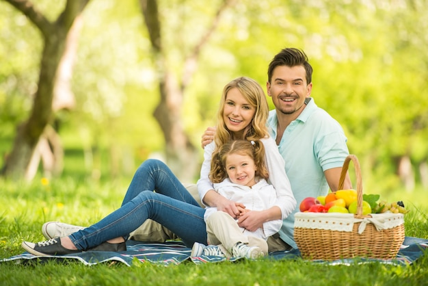 Giovane famiglia che ha picnic all'aperto.